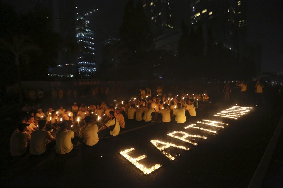 À Jakarta, en Indonésie, des centaines de personnes... (Photo Tatan Syuflana, AP)