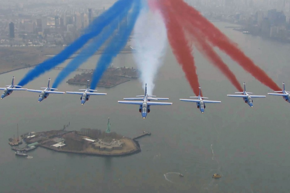 Sous un soleil voilé, huit appareils Alphajet de... (Photo AFP)