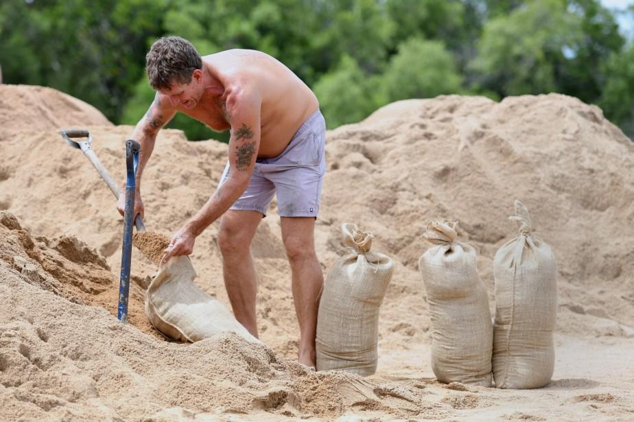 Un résident de Townsville prépare des sacs de... (Photo Dan Peled, REUTERS)