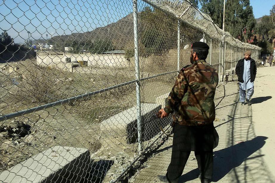 Un soldat pakistanais patrouille le long de la... (PHOTO ABDUL MAJEED, ARCHIVES AGENCE FRANCE-PRESSE)