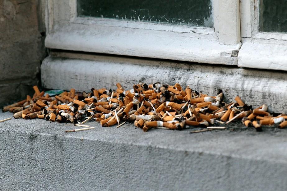 Desmégots de cigarettes ont été laissés sous une... (PHOTO JACQUES DEMARTHON, ARCHIVES AGENCE FRANCE-PRESSE)