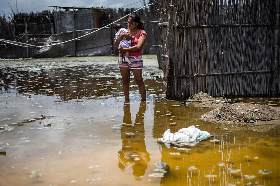 Une femme qui porte son bébé se tient... (PHOTO Ernesto BENAVIDES, AGENCE FRANCE-PRESSE)