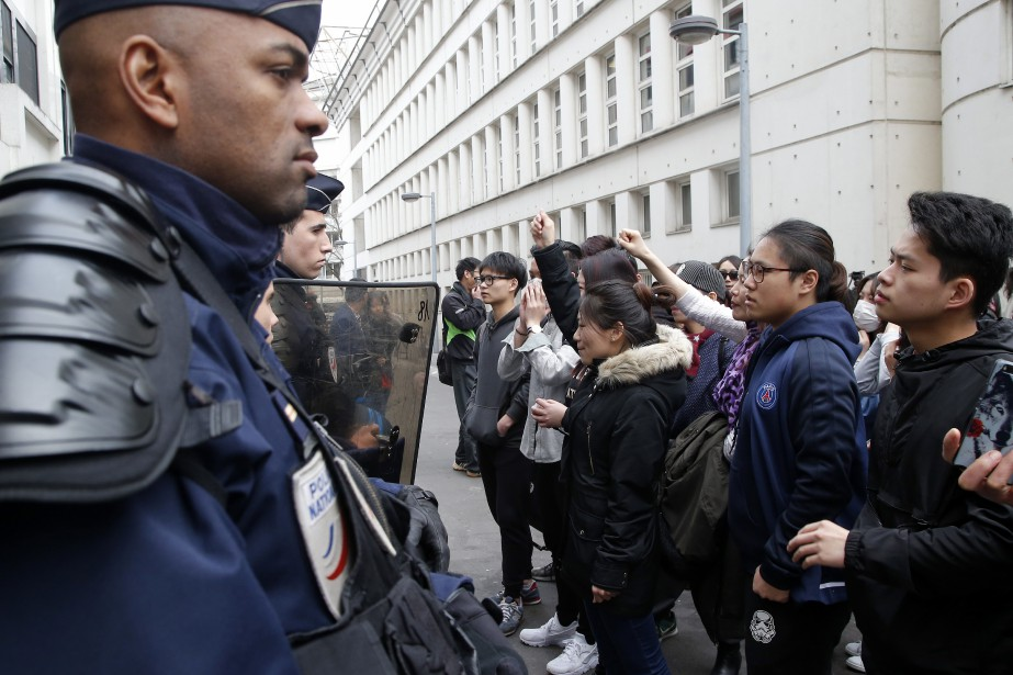 À Paris, la police a arrêté 35 personnes... (AP)