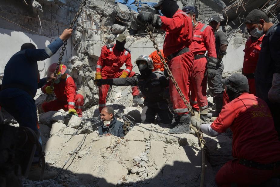 Des pompiers cherchent des victimes civiles sous les... (REUTERS)