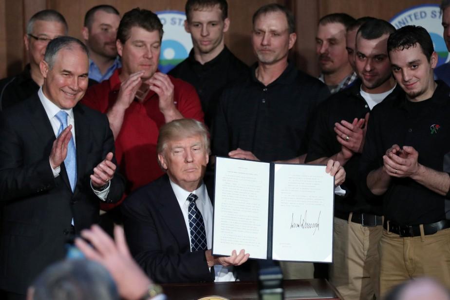 Le président américain Donald Trump a signé un... (REUTERS)