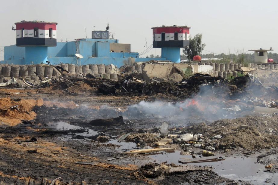 Un kamikaze a fait exploser un véhicule piégé... (Photo KHALIL AL-MURSHIDI, Agence France-Presse)