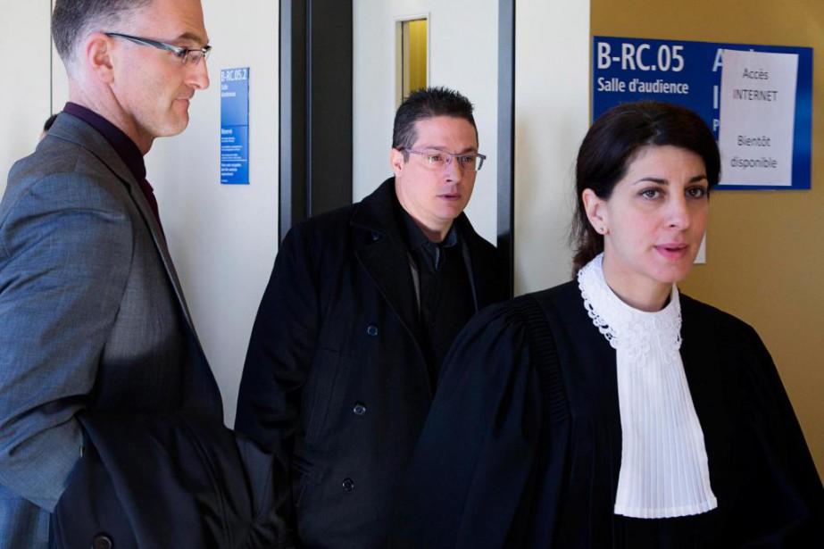 L'intervention du policier Éric Deslauriers (au centre) a... (PHOTO ALAIN ROBERGE, LA PRESSE)