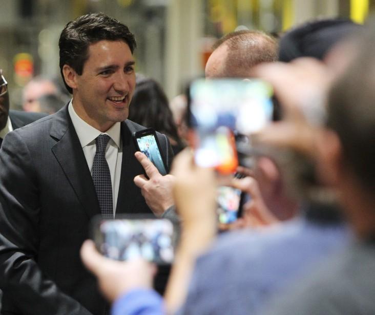 Le premier ministre Justin Trudeau a pris un bain de foule avec les employés de l'usine de moteurs d'Essex, en Ontario, lors de l'annonce en grande pompe d'une subvention de 100 millions de dollars au constructeur américain Ford. (THE CANADIAN PRESS)