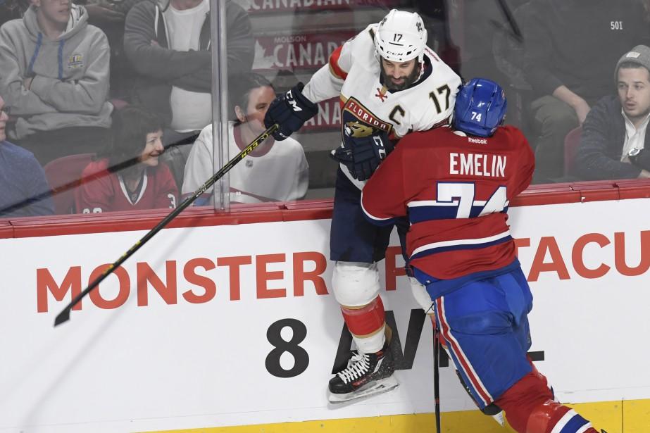 Alexei Emelin met solidement en échec Derek MacKenzie. (Photo Bernard Brault, La Presse)