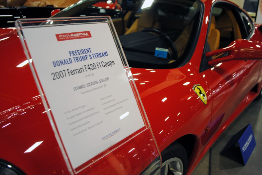 Cette Ferrari F430 a appartenu durant 4 ans à Donald Trump, Il l'a achetée en 2007 et parcouru un peu moins de 4000 km. Les enchères auront lieu le 1er avril et les experts s'attendent à ce qu'elle soit adjugée pour une somme entre250 000 et 350 000 dollars américains. (AFP)