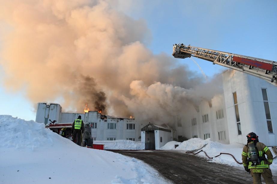 L'Auberge la Tourelle du Fjord de Saint-Fulgence a été détruite par un incendie, tôt, vendredi matin. Le brasier a pris naissance vers 4h. L'établissement est une perte totale. (Photo Le Quotidien, Rocket Lavoie)