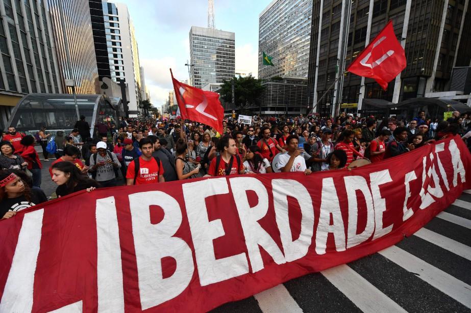 Un imposante manifestation a pris d'assaut les rues... (photo  NELSON ALMEIDA, AFP)