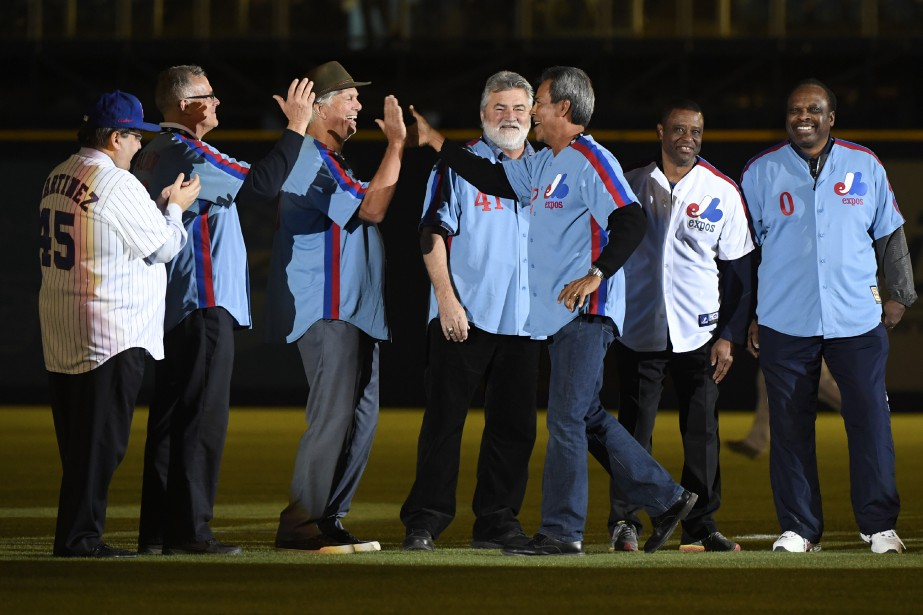 Plusieurs ancien joueurs des Expos étaient présents pour rendre hommage à Tim Raines. Sur la photo: le maire de Montréal Denis Coderre, David Palmer, Bill Lee, Jeff Reardon, Dennis Martinez, Warren Cromartie, Al Oliver. (PHOTO BERNARD BRAULT, LA PRESSE)