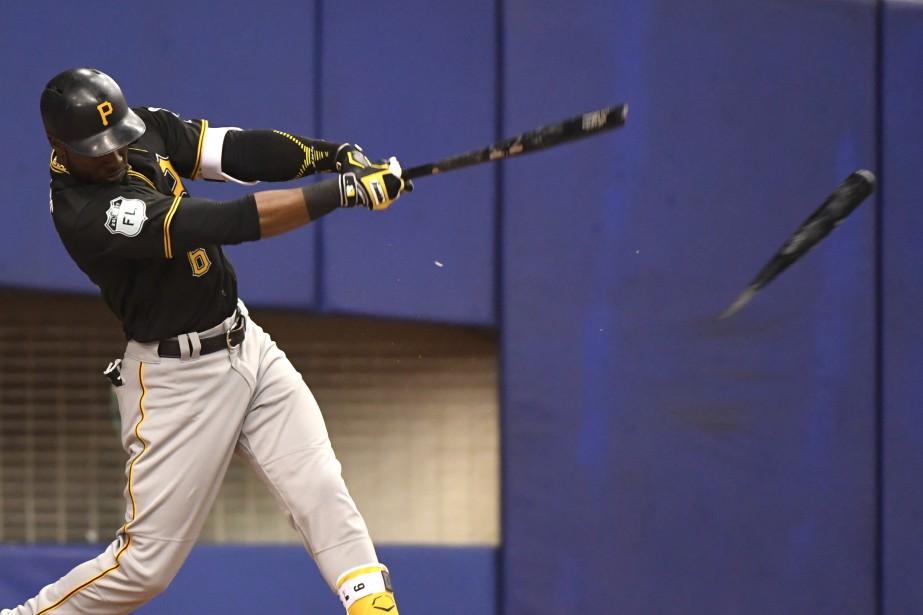 Josh Harrison, des Pirates, brise son bâton après avoir frappé une balle. (La Presse photo Bernard Brault,)