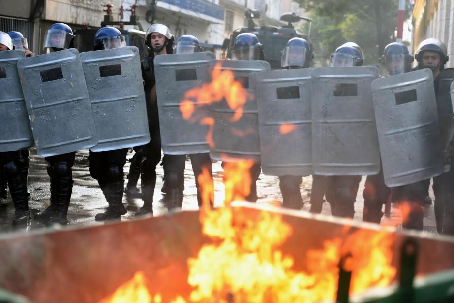 Les violences ont fait une trentaine de blessés... (Photo NORBERTO DUARTE, AFP)