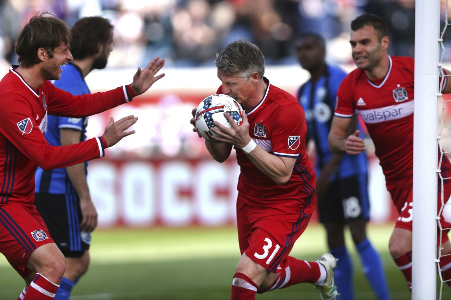 Bastian Schweinsteiger embrasse le balon après avoir marqué... (Photo Chris Sweda, AP/Chicago Tribune)