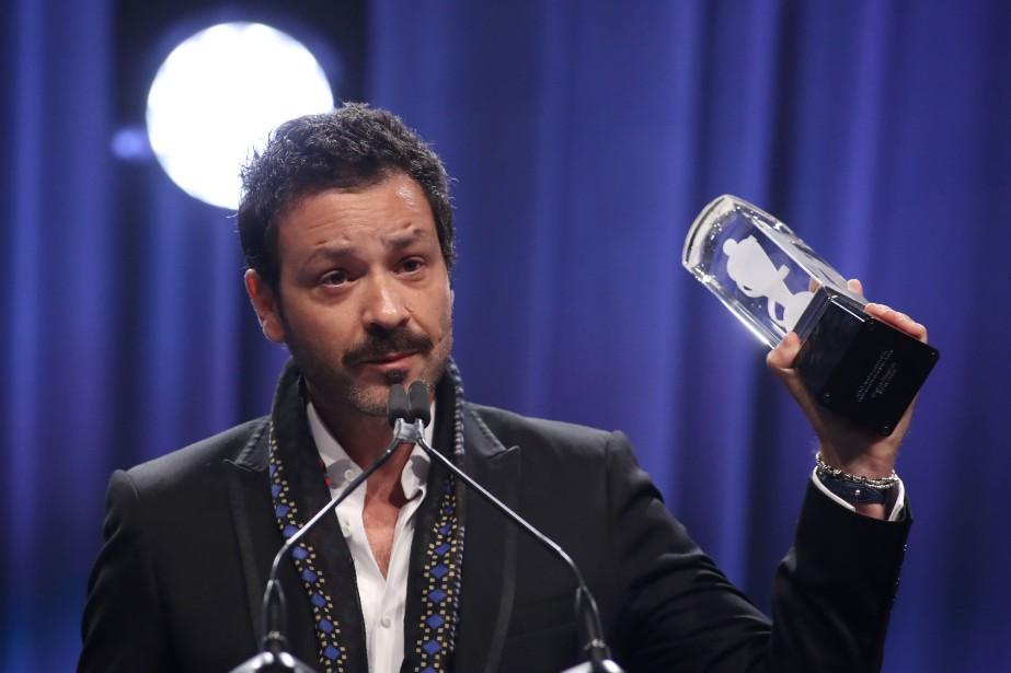 Adam Cohena accepté le trophée au nom de... (PHOTO Lars Hagberg, AFP)