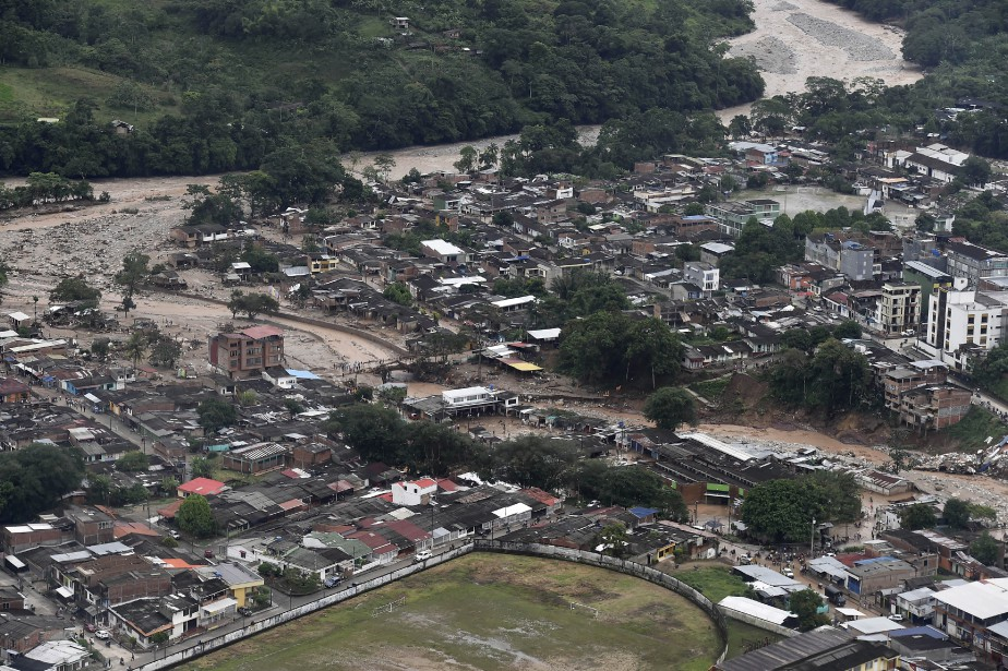 Une vue aérienne montre la coulée de boue qui a traversé Mocoa. (AFP, PRESIDENCIA COLOMBIA / Cesar CARRION)