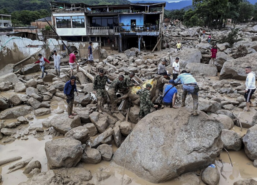 Des militaires de l'armée colombienne transportent une personne décédée. (AFP, EJERCITO DE COLOMBIA)