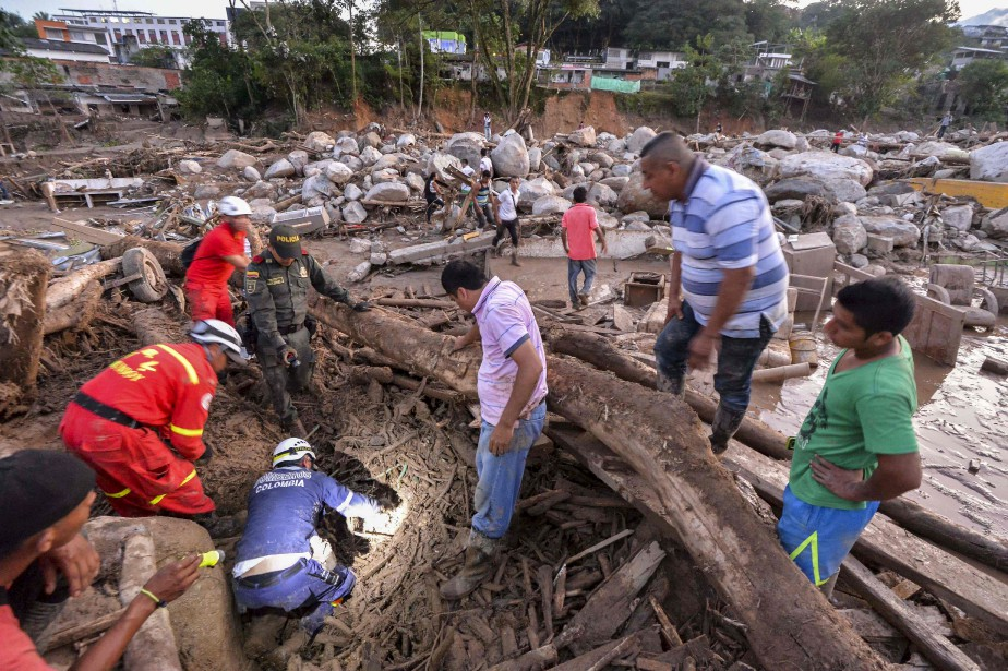 Les sauveteurs ont travaillé dans des conditions très difficiles pour tenter de retrouver des survivants le plus rapidement possible. (AFP, LUIS ROBAYO)