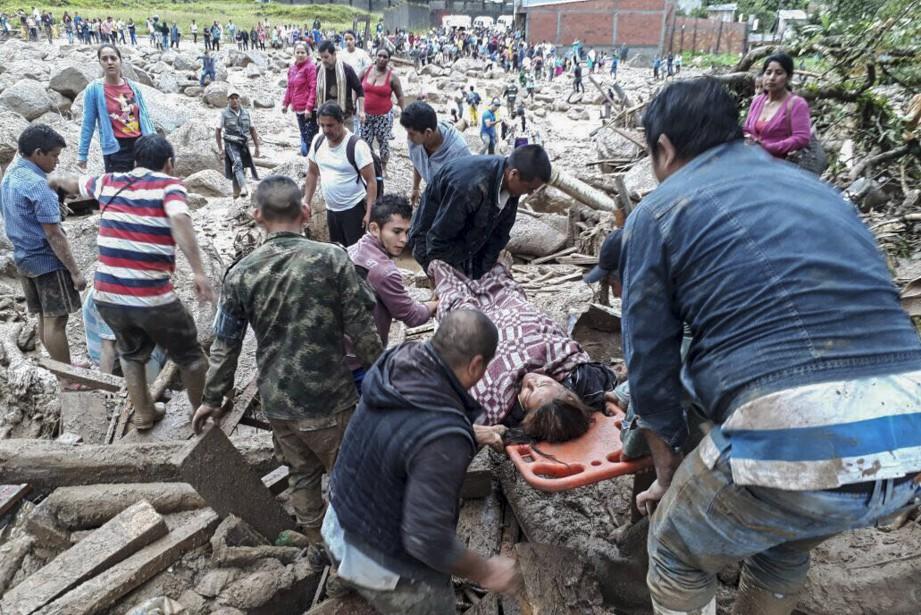 Civils et militaires ont prêté main forte aux survivants. (AFP, EJERCITO DE COLOMBIA)
