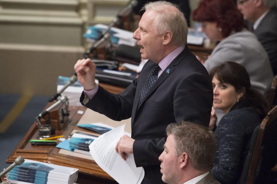 Jean-François Lisée arbore sur son veston une épinglette... (Archives La Presse canadienne)