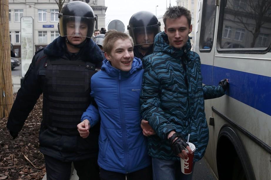 Deux jeunes manifestants détenus par la police à... (PHOTO REUTERS)
