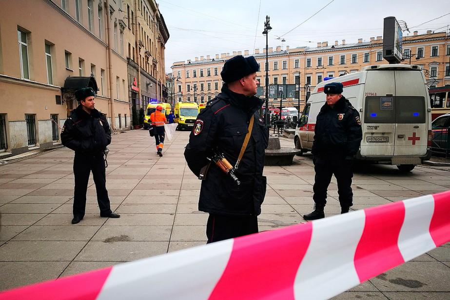 Des policiers gardent l'entrée de la station de métro Tekhnologichesky Institut. (RUSLAN SHAMUKOV, AFP)