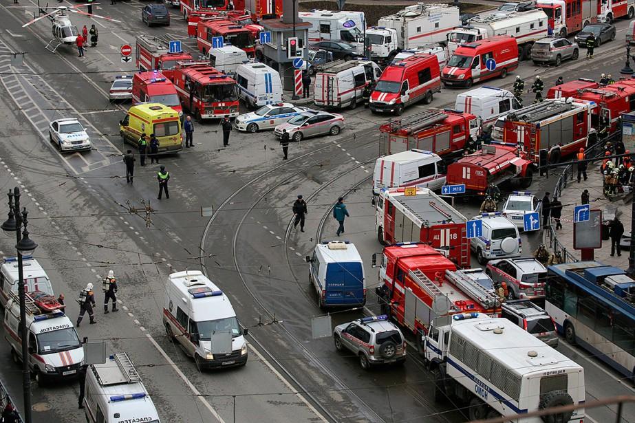 Vue aérienne des services de secours déployés à la suite de l'explosion près de la station de métro Sennayan Ploshchad. (ANTON VAGANOV, REUTERS)