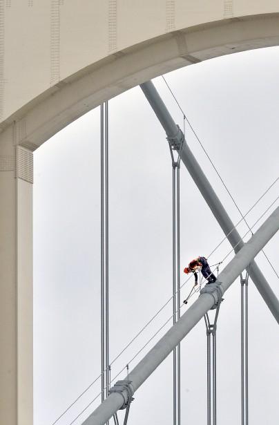 Des hommes-araignées sont intervenus la semaine dernière sur le pont Pierre-Laporte afin d'enlever la glace qui s'était formée sur la structure. Peu de temps avant, un conducteur avait vu son pare-brise voler en éclats. Patrice Laroche s'est dépêché, au point de passer «à deux poils de la crise cardiaque», pour prendre à main levée la photo. Données techniques : Nikon D4. Focale 300 mm (+TC 14), ISO 640, ouverture f20, vitesse 1/1600e seconde | 3 avril 2017