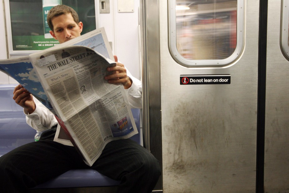 Les effectifs des journaux papier ont diminué de 57,8% aux... (ARCHIVES AP)