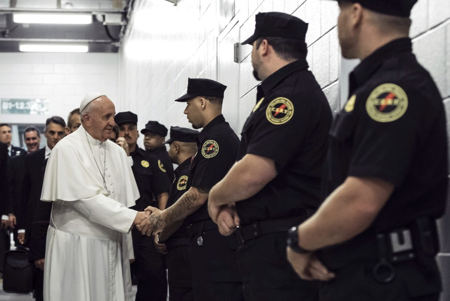 Le pape François salue des agents correctionnels lors... (PHOTO AP)