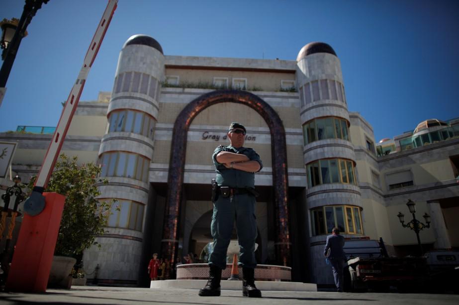 Un policier de la garde civile espagnole fait... (PHOTO Jon Nazca, REUTERS)