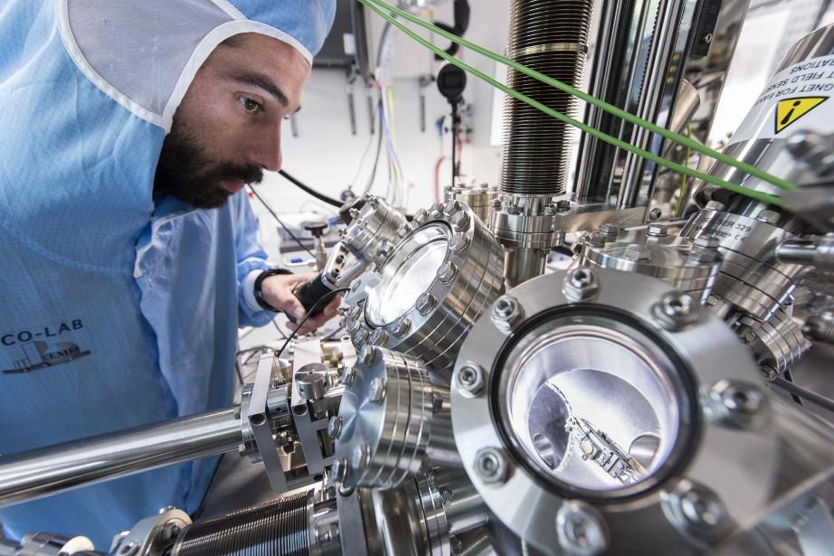 Un scientifique travaille au microscope électronique qui servira durant la course de nanovoitures. Il ne sera pas dans la pièce durant la course : l'enceinte du microscope dans laquelle se déroule la course sera refroidie à - 269° C. (AFP)