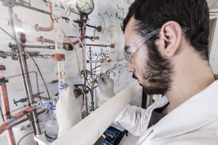 Un chercheur du Centre d'élaboration de matériaux et d'études structurales, à Toulouse, prépare la nanovoiture française «Green Buggy» en prévision de la «Nanocar Race» parainnée par le «Toulouse NanoMobile Club». (AFP)