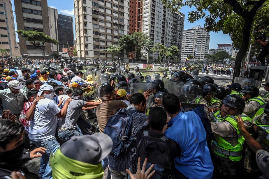 Un millier d'opposants cherchaient mardi à rejoindre l'Assemblée... (PHOTO JUAN BARRETO, AFP)