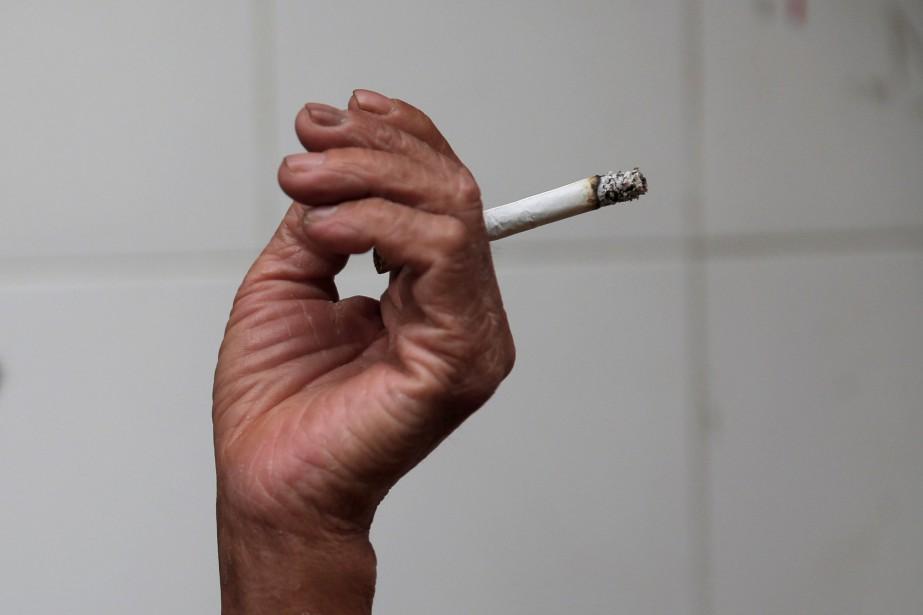 Le tabagisme provoque un décès sur dix dans... (PHOTO ARCHIVES REUTERS)