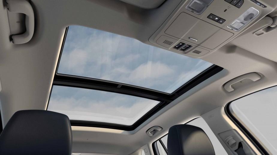 Les accessoires sont nombreux et efficaces. Le toit ouvrant panoramique a le défaut de réduire un peu le dégagement au dessus des places arrières. ()