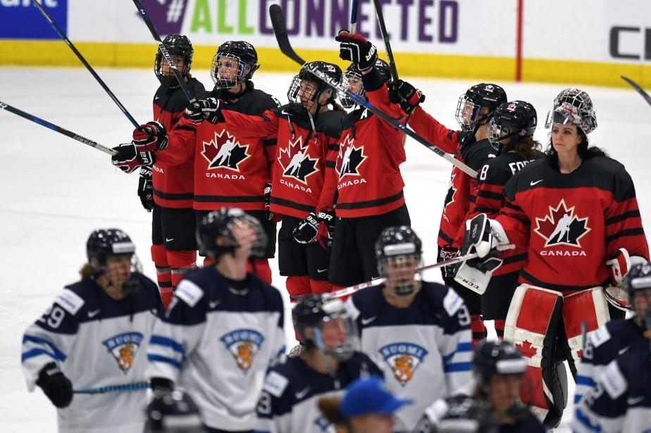 Les joueuses canadiennes saluent la foule après leur... (Photo Jason Kryk, La Presse canadienne)