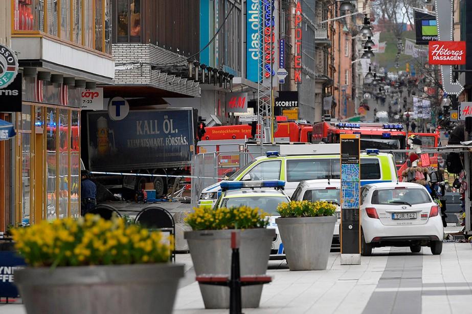 Le camion, selon des images diffusées par des médias, a renversé des passants en plein centre de Stockholm pour finir sa course dans un grand magasin. (ANDERS WIKLUND, TT NEWS AGENCY VIA REUTERS)