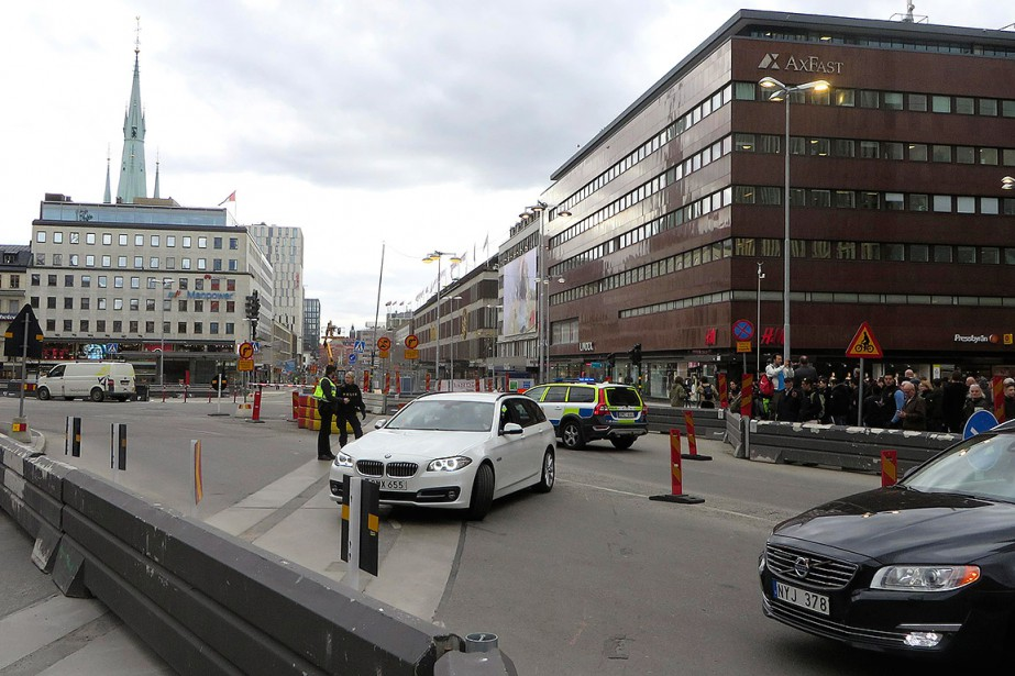 Des policiers, près du grand magasin où a lieu ce que les autorités qualifient d'attentat. (MAGNUS STROM, REUTERS)