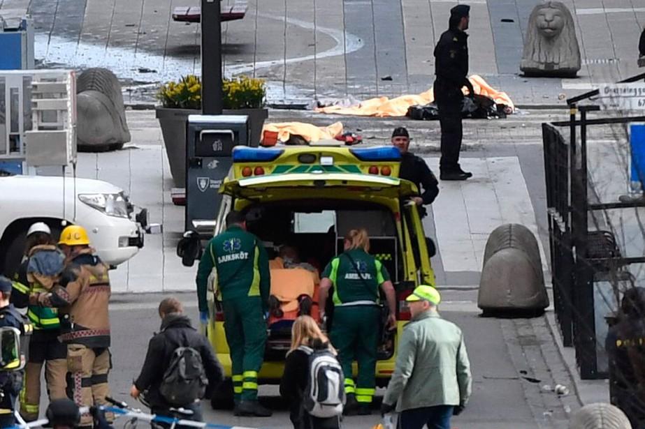 Des ambulanciers évacuent des blessés. (Fredrik Sandberg, TT News Agency via AP)