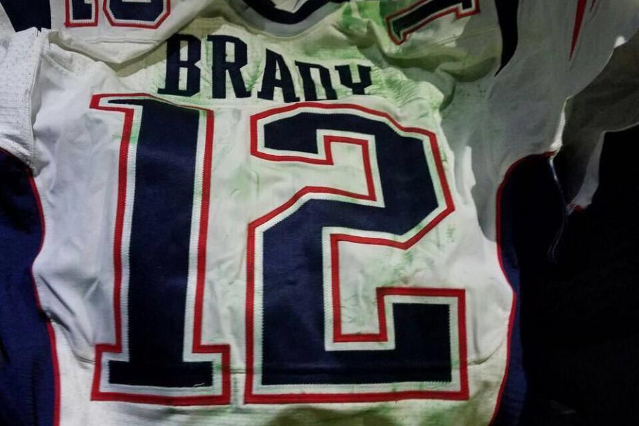 L'un des deux chandails du Super Bowl de Tom Brady retrouvés par... (Photo AP)