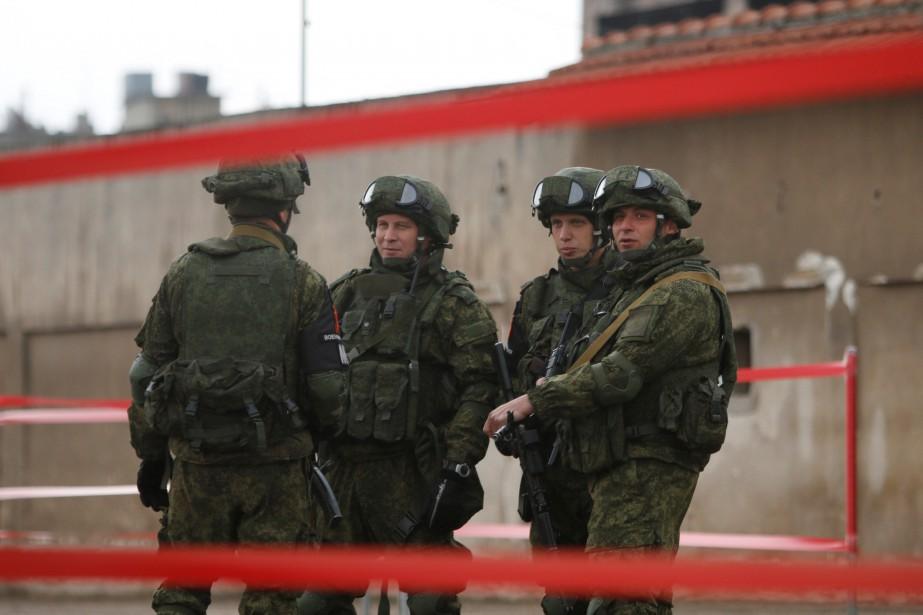 Sur la photo, des soldats russes supervisent l'évacuation... (Photo Omar Sanadiki, Archives REUTERS)