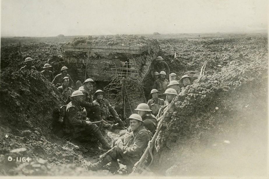Soldats canadiens entourant une mitrailleuse prise aux Allemands... (Photo fournie par le Musée canadien de la guerre)