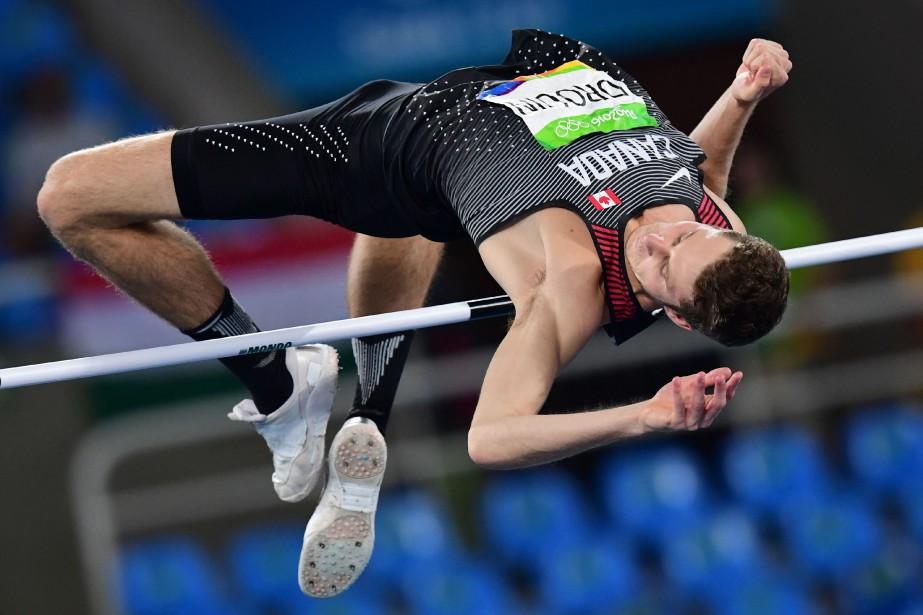 Derek Drouin a fracassé le record mondial au... (Photo FRANCK FIFE, AFP)