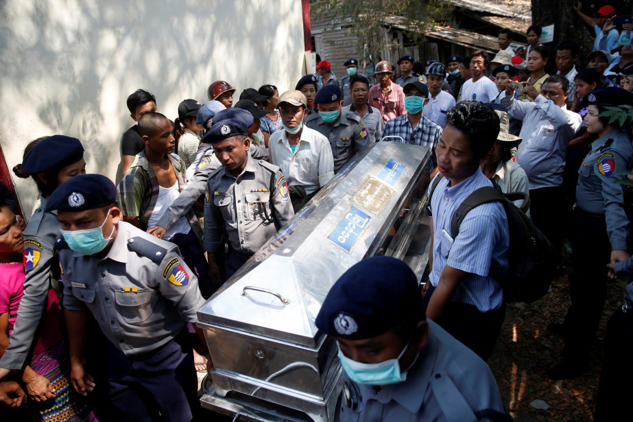 Le corps d'une victime est transporté après le... (Photo Soe Zeya Tun, REUTERS)