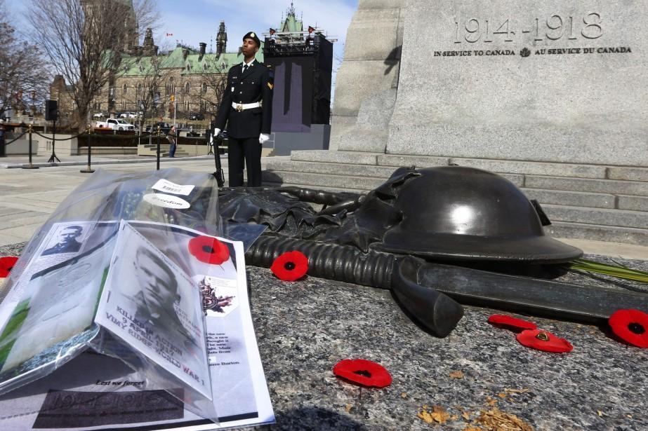 Une cérémonie a eu lieu devant la tombe... (Photo Fred Chartrand, La Presse canadienne)