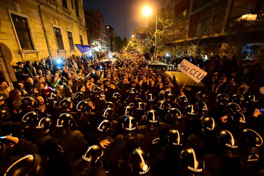 Des policiers anti-émeute stoppent des manifestants qui s'approchent... (PHOTO AFP)