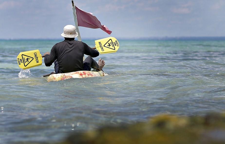 En vacances, il y a une douzaine de jours, à Punta Cana, Pascal Ratthé a immortalisé ce pêcheur local parti sur l'océan dans une embarcation de fortune. À noter ses rames artisanales, fabriquées avec des... panneaux indicateurs.   Normand Provencher  Données techniques: Canon 1DX. Focale 85mm, ISO 100, ouverture f11, vitesse 1/2500e | 9 avril 2017